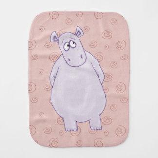 Un petit linge de bébé coupable d'hippopotame