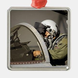 Un pilote prépare son F-15A Eagle Ornement Carré Argenté