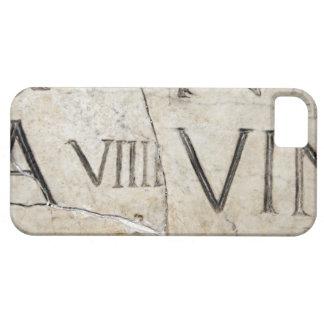 Un plan rapproché des lettres romaines antiques coques iPhone 5
