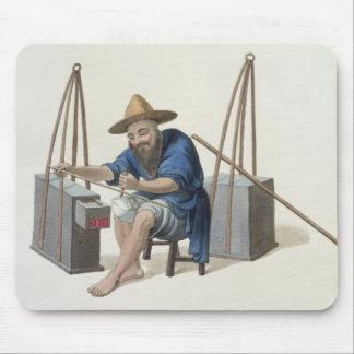 Un raccomodeur de porcelaine, plaquent 28 'du cost tapis de souris