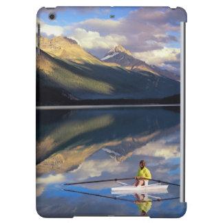 Un rameur sur le lac Banff dans M. du Canada)