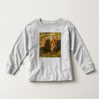 un renard se reposant sur le long T-shirt de