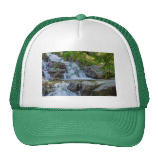 un saut de scintillement d'une cascade sur le casquette