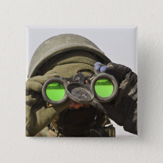 Un soldat afghan balaye l'horizon pin's