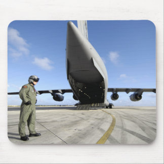 Un soldat attend son C-17 Globemaster III Tapis De Souris