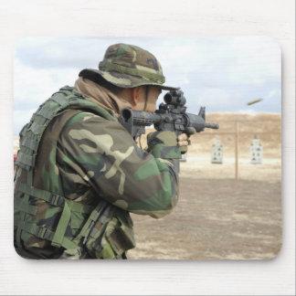 Un soldat met le feu arrondit vers le bas la gamme tapis de souris