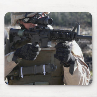 Un soldat regarde par la portée d'heure du matin - tapis de souris