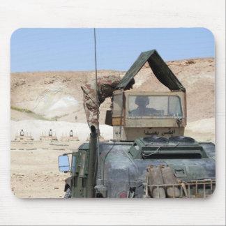 Un soldiier instruit un soldat irakien d'armée tapis de souris