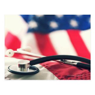 Un stéthoscope médical avec un drapeau américain carte postale