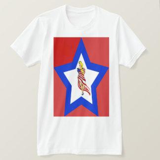 un T-shirt blanc et bleu rouge