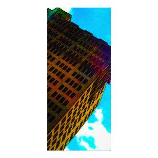 Un vibrant et un édifice haut contre le ciel bleu doubles cartes