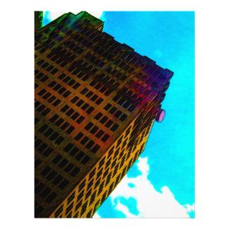 Un vibrant et un édifice haut contre le ciel bleu prospectus