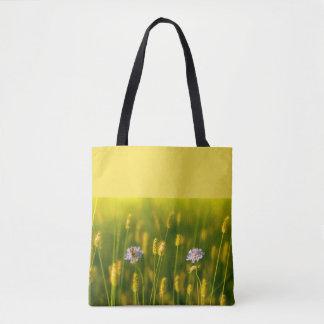 Une abeille sur les fleurs sauvages de ressort sac