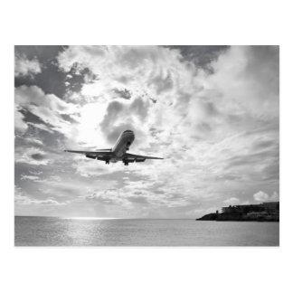 Une avion de ligne entre pour un atterrissage à la cartes postales
