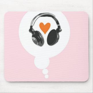 Une bulle de pensée avec un coeur et des écouteurs tapis de souris
