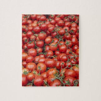 Une grande culture de tomate sur une stalle du puzzle