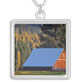 Une grange rouge cultivée a construit en 1911 près pendentif carré