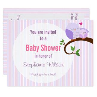 Une huée d'une invitation pourpre de hibou de baby