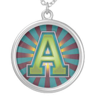 Une initiale collier