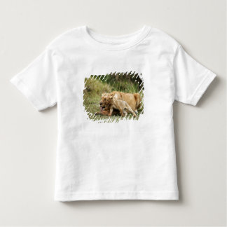Une lionne et son petit animal espiègle t-shirt pour les tous petits
