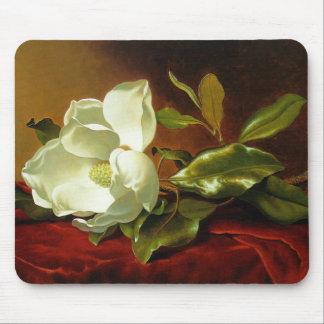 Une magnolia sur le velours rouge tapis de souris