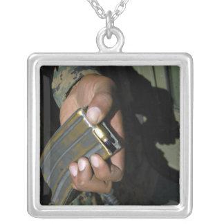 Une marine charge les ronds vides de munitions collier
