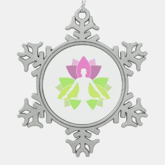 Une méditation de personne en nature ornement flocon de neige