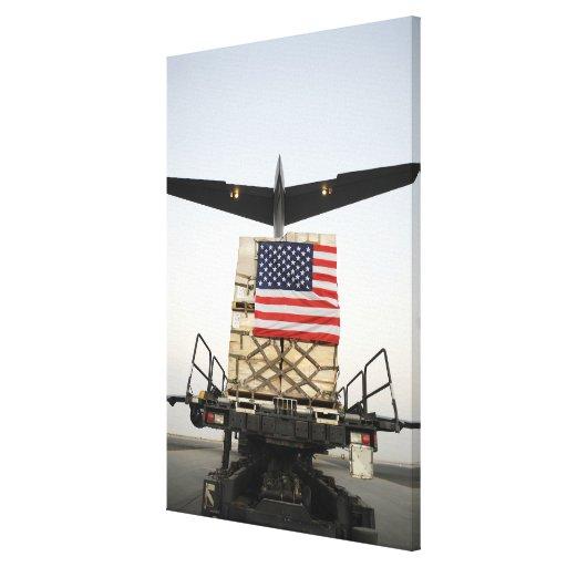 Une palette contenant le supplie humanitaire de so toiles tendues sur châssis