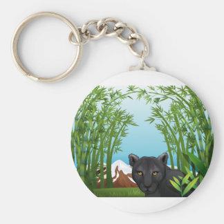 Une panthère noire à la forêt en bambou porte-clé rond
