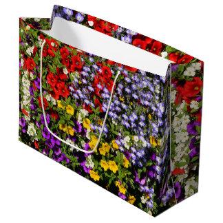 Une pastiche colorée des fleurs d'annuaire d'été grand sac cadeau