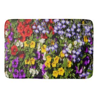 Une pastiche colorée des fleurs d'annuaire d'été tapis de bain