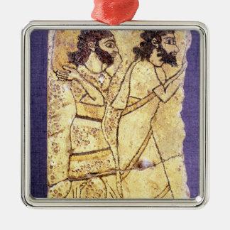 Une plaque dépeignant la marche de deux hommes ornement carré argenté