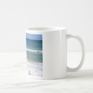 Une promenade sur la plage mug