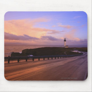 Une route et un phare le long de la côte au tapis de souris