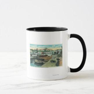 Une scène d'expédition de port sur le fleuve mug
