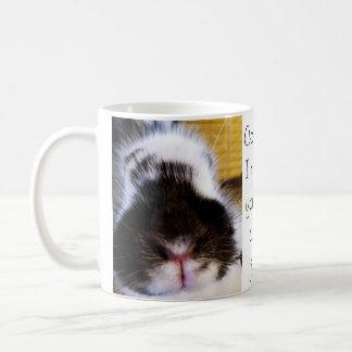 Une tasse adorable de lapin avec une idée erronée
