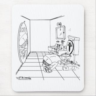 Une toilette embarrassée par une fente de bout tapis de souris