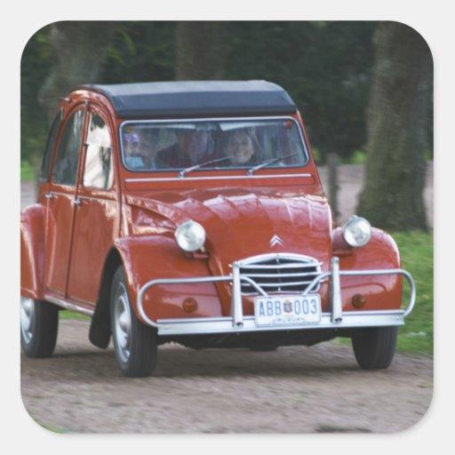 une vieille voiture rouge de citroen 2cv avec une sticker carr zazzle. Black Bedroom Furniture Sets. Home Design Ideas