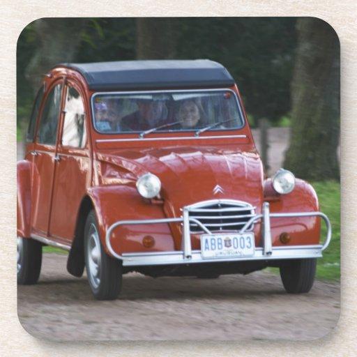une vieille voiture rouge de citroen 2cv avec une dessous de verre zazzle. Black Bedroom Furniture Sets. Home Design Ideas