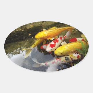 Une voie d'eau complètement des carpes japonaises sticker ovale