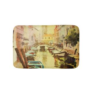 Une vue du canal avec des bateaux et des bâtiments tapis de bain