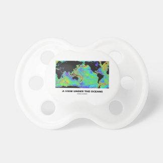 Une vue sous la géographie de carte du monde sucette pour bébé