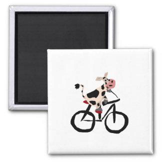 Vache drôle sur la bicyclette magnet carré