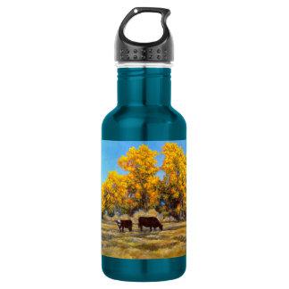 Vache et veau dans la bouteille d'eau d'or