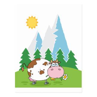 Vache laitière de montagne avec la fleur dans la carte postale