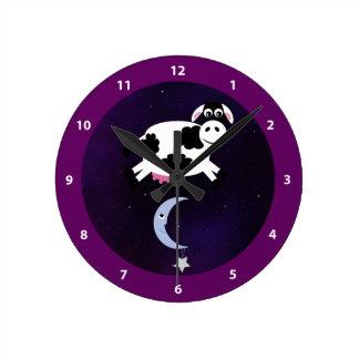 Vache mignonne sautée au-dessus de la lune horloge
