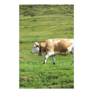 Vache simple dans un pâturage alpin papier à lettre personnalisable