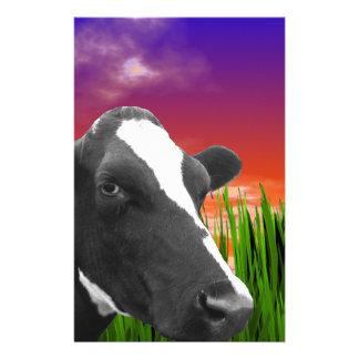 Vache sur l'herbe et le ciel vif de coucher du papier à lettre customisable