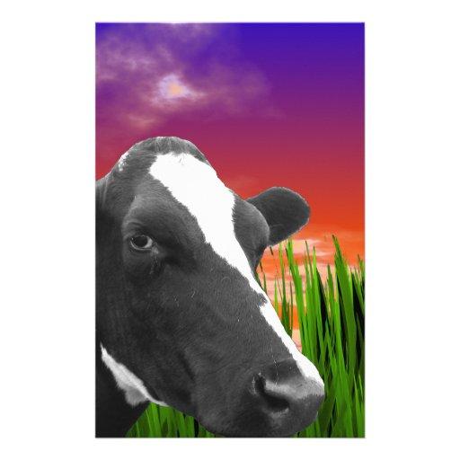 Vache sur l'herbe et le ciel vif de coucher du sol papier à lettre personnalisé