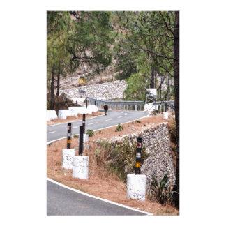 Vache sur une route de montagne papier à lettre customisable